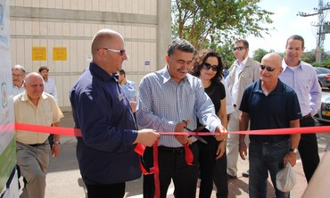Ribbon-cutting with Ecommunity CEO Danny Kogen, Peretz and Environment Ministry Alona Shefer-Karo. Photo: Courtesy of the Environmental Protection Ministry